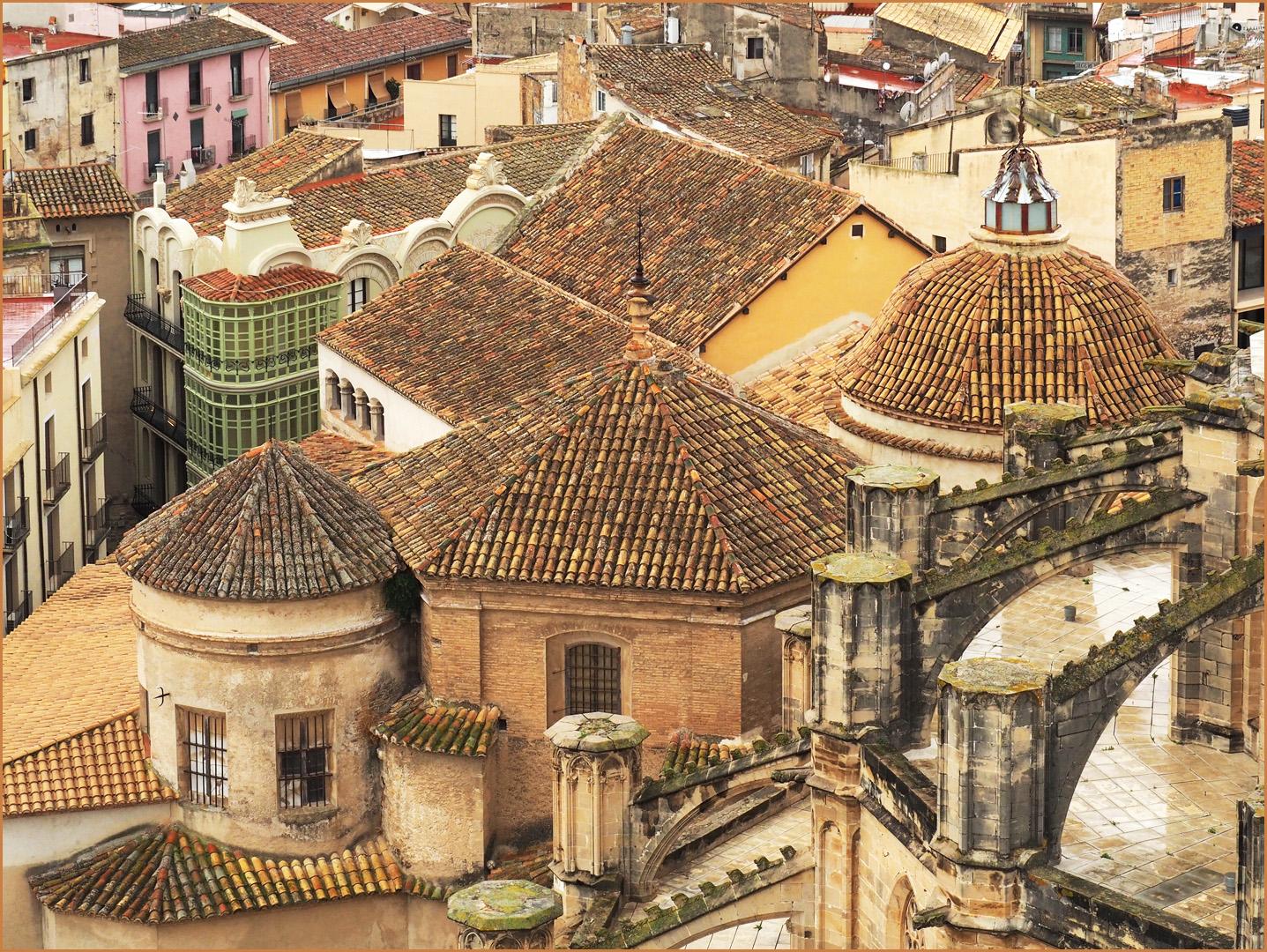 Vue sur les toits de Tortosa près de la Cathédrale Sainte-Marie