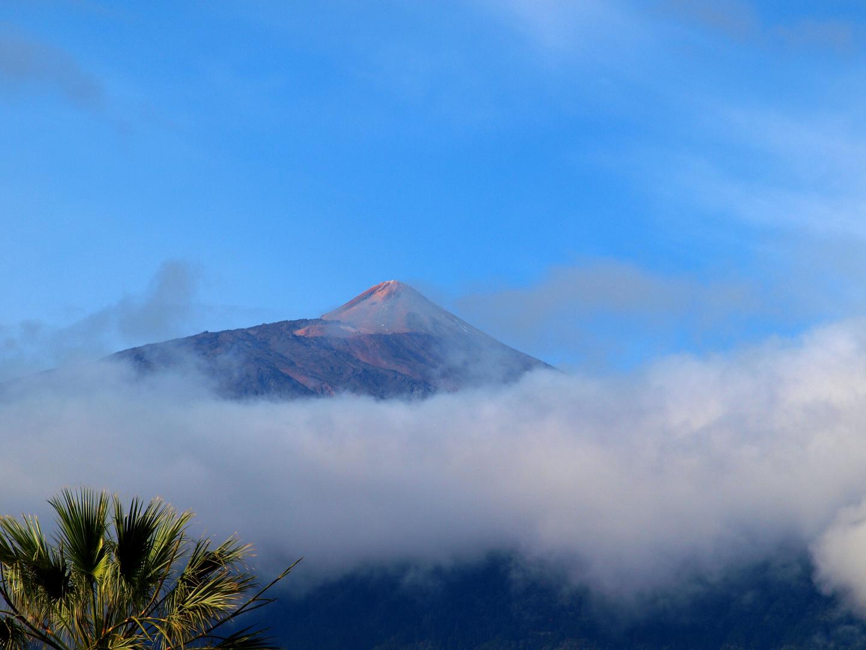 Vulkan im Hochnebel