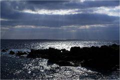 Vulkanfels und Meer