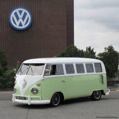 VW Bulli in lindgrün