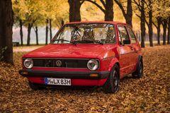 VW Golf 1 im Herbst