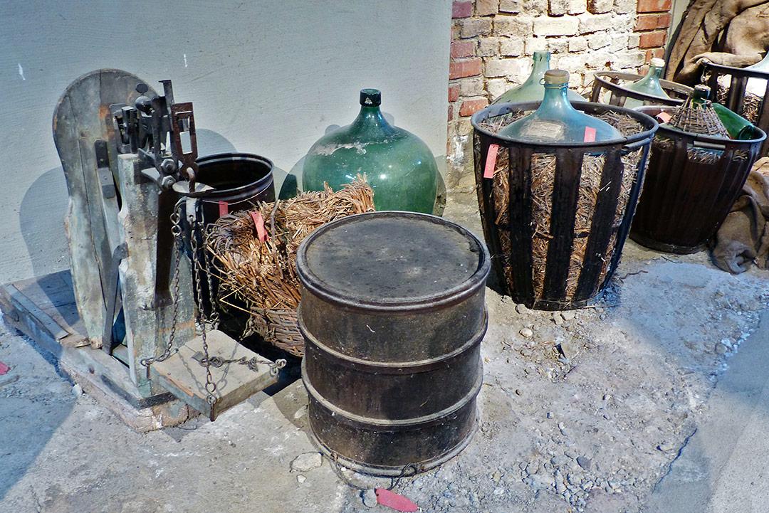 Waage und Chemiebehälter mit Chemikalien  für die Bearbeitung der Wolle