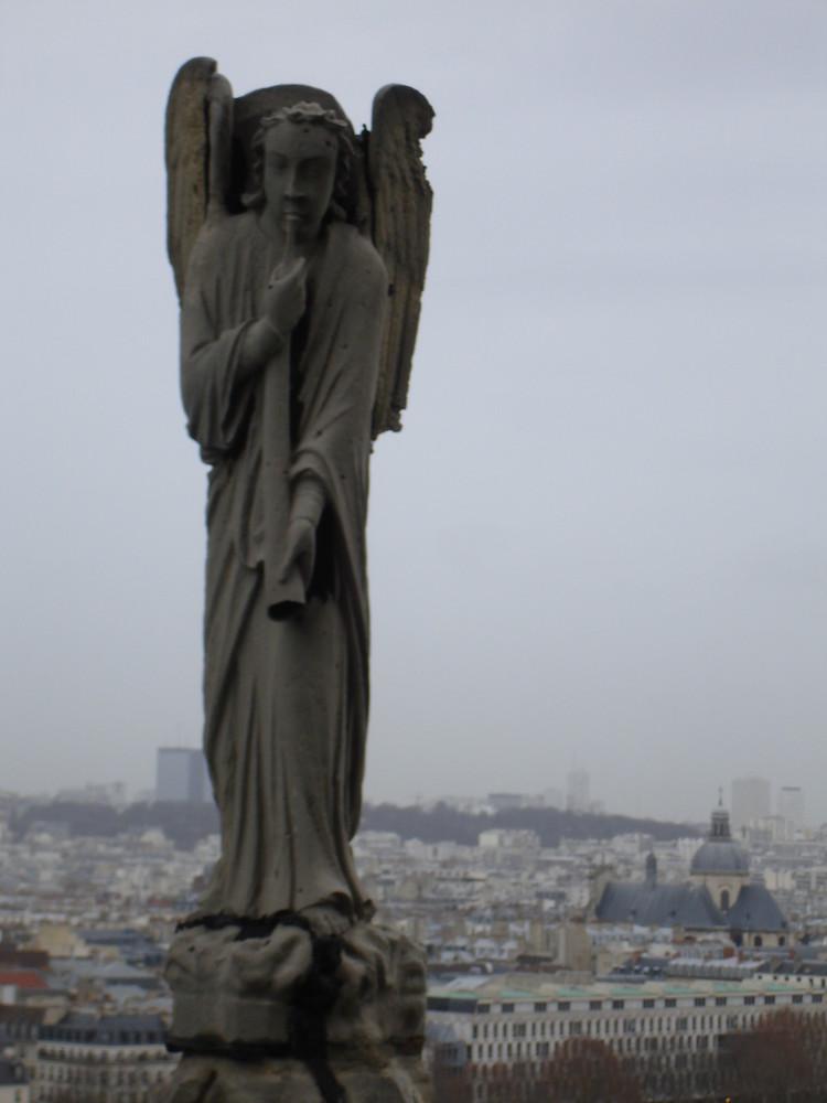 wachender Engel über Paris