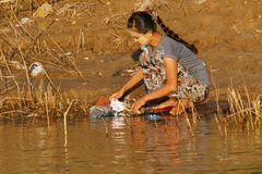 ...Wäsche waschen am Mjitnge Fluss...