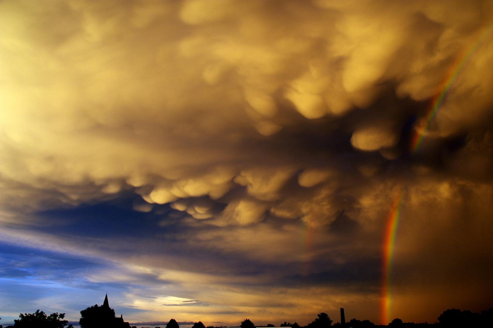 Wahnsinnswolken mit Regenbogen