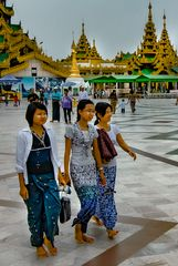 Walk around the Shwedagon platform