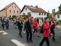 Wallfahrer ziehen durch das Land (2) ...