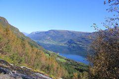 Wandern in Norwegen mit Blick auf den Fjord