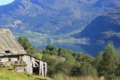 Wanderweg mit Blick auf den Fjord