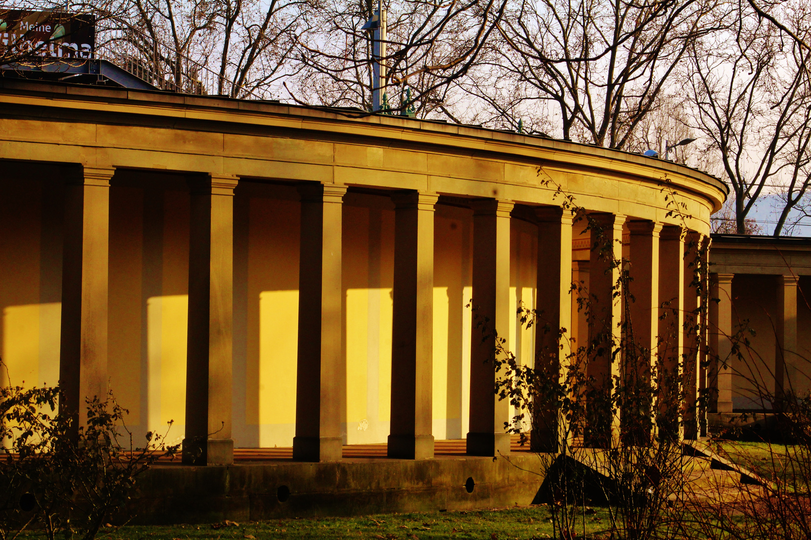 warmes Licht auf alten Architekturen
