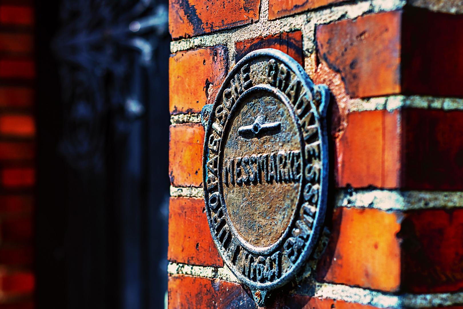 Warnemünde - Messmarke der Europäischen Gradmessung neben der Kirchentür