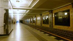 Warten auf die U-Bahn am Rüdesheimer Platz