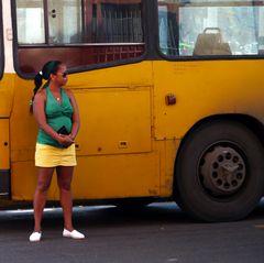 Warten vor dem Bus