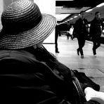 Wartend auf die Bahn mit Hut
