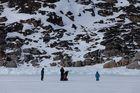 Wartezeit auf der zugefrorenen Bucht