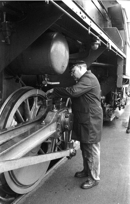Wartungsarbeiten an einer alten Dampflok, ca. 1997