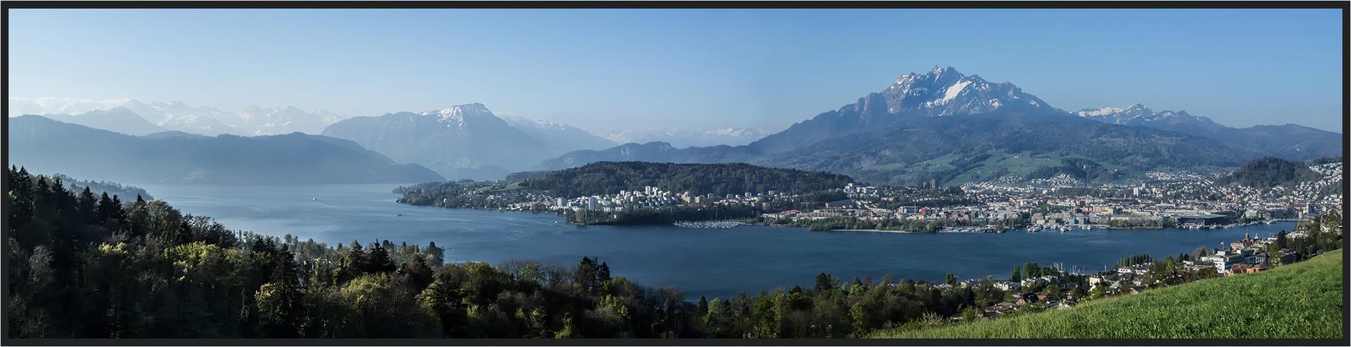 Warum in die Ferne schweifen, wenn das Gute liegt so nah!  Luzern mit leichtem Dunst im Hintergrund.