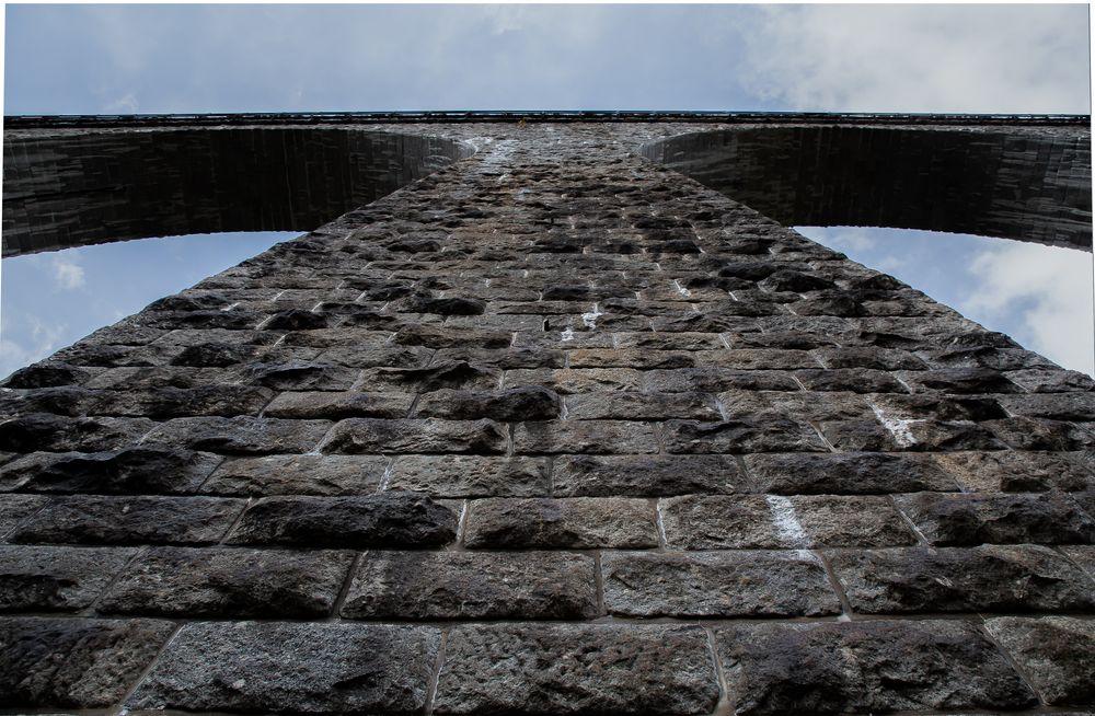 was alles fließt - fließende Linien am Stützpfeiler der Ravenna-Brücke.