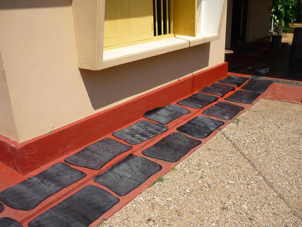 Was liegt auf dem Boden vor dem Haus ?KauthschukMatten