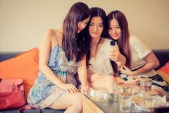 Was machen 3 Mädchen im Cat Café? Klar: Selfies