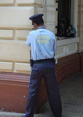 Was macht  der Polizist denn da? (in Catagena Kolumbien)