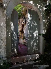 Was sich wohl hinter der halboffenen Tür verbirgt ?