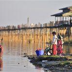 Waschtag an den Ufern des Taungthaman Sees...