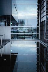 Wasser- und Fensterspiegelung im KKL