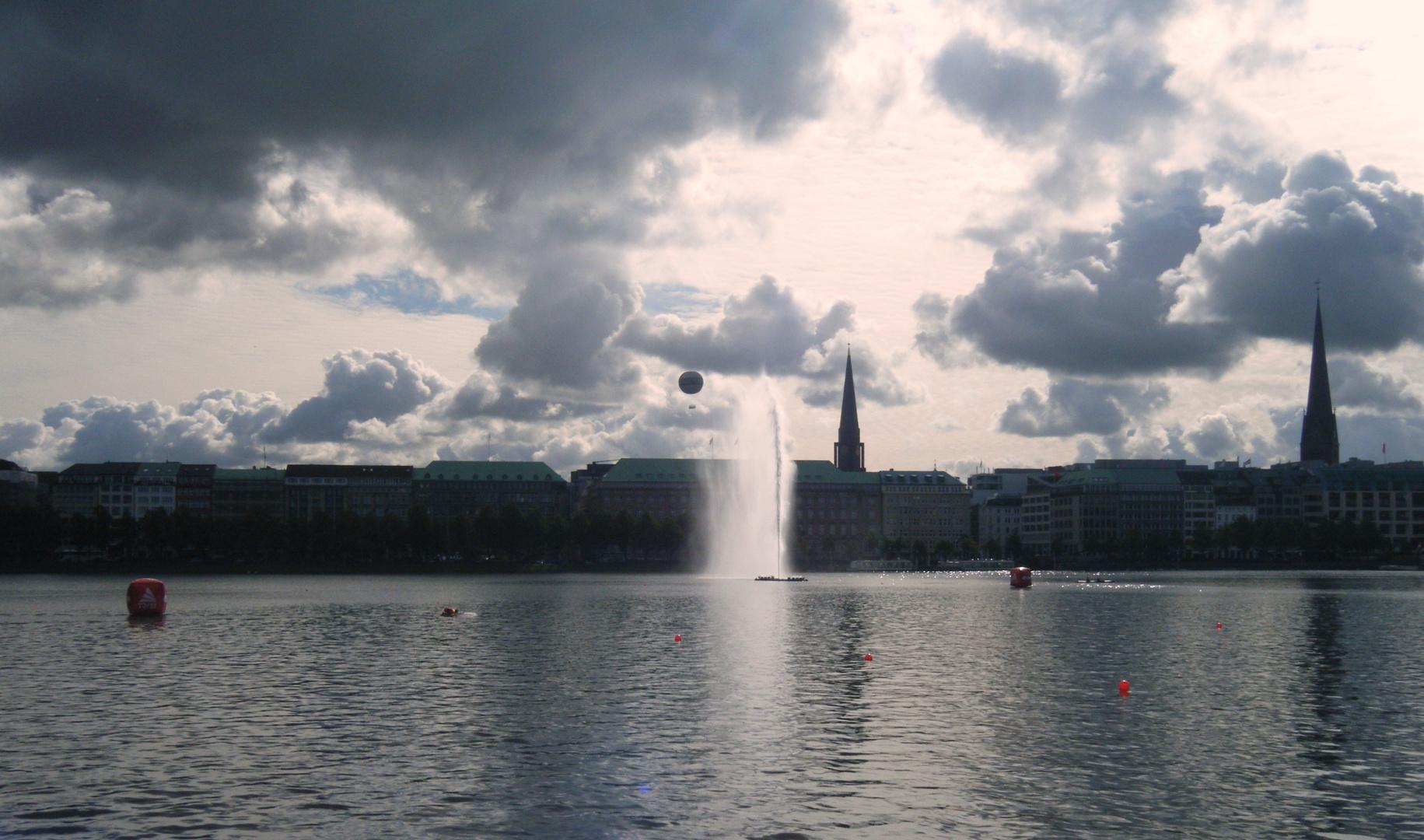 Wasser, Wolken und ein Heißluftballon
