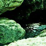 Wasser zwischen den Steinen
