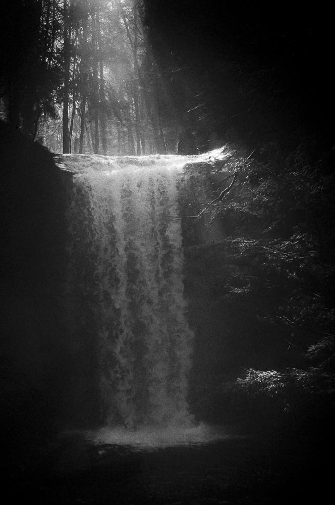 Wasserfall im Winterlicht