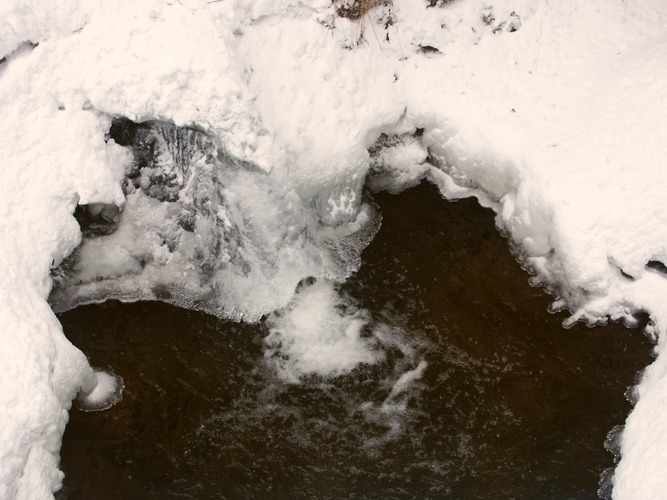 Wasserfall mit Eishut