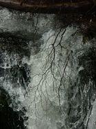 Wasserfall mit Treibgut
