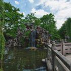 Wasserfall mit Zickzackbrücke