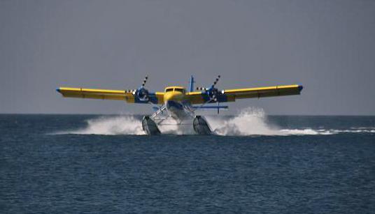 Wasserflugzeug bei der Landung vor Veligandu Island Resort