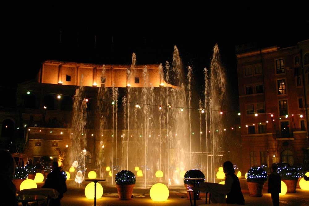 Wasserfontänen Hotel Colosseo am Abend