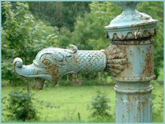 Wasserhahn auf einem Friedhof