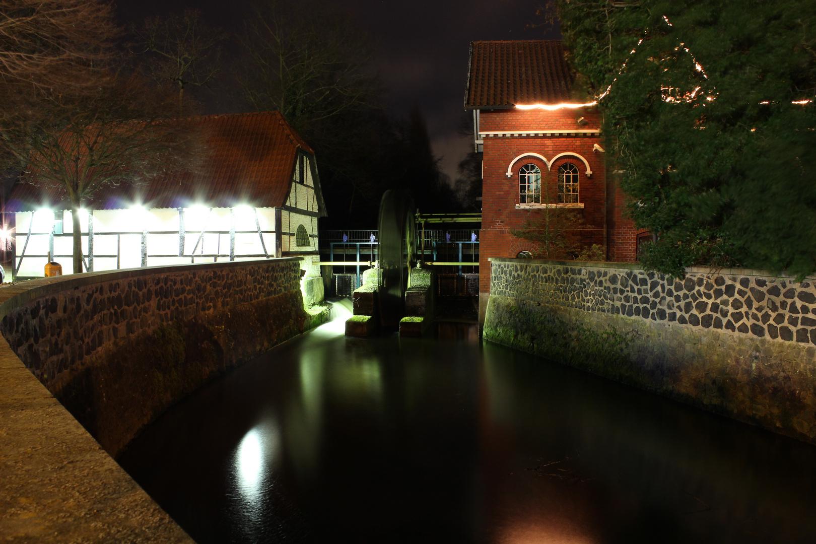 Wassermühle bei Nacht