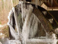 Wasserrad nach tiefem Frost durch ...