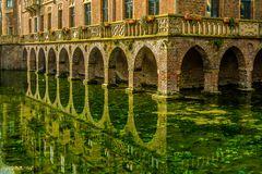 Wasserschloss mit Spiegelung