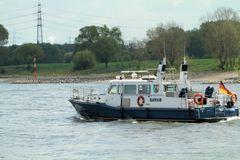 Wasserschutzpolizei auf den Rhein bei Uerdingen