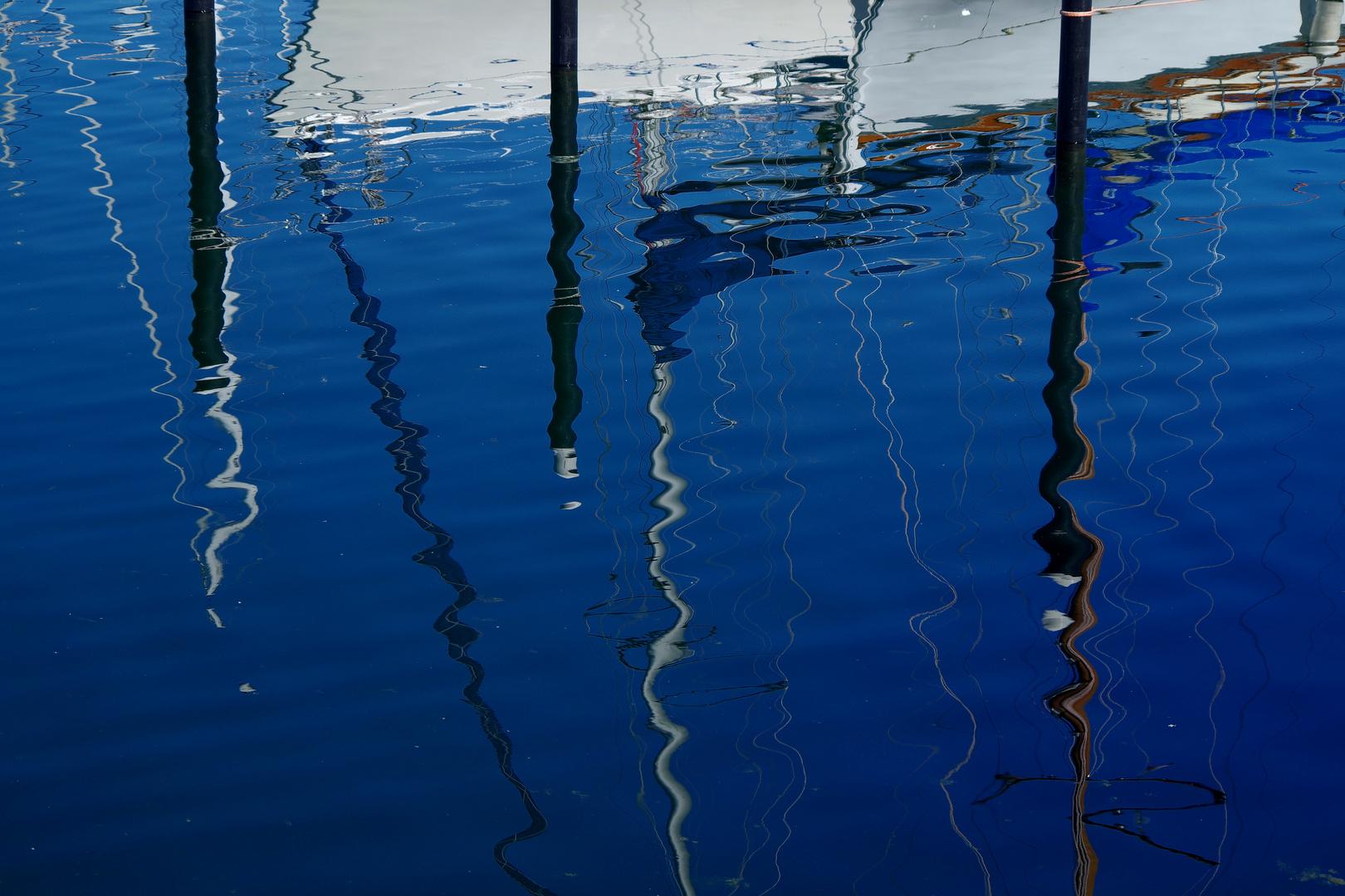 Wasserspiegelung im Schilkseer Yachthafen