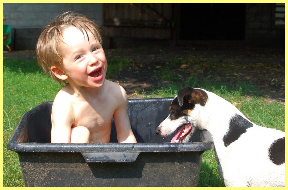 wasserspiele mit hund foto bild kinder kinder ab 2 menschen bilder auf fotocommunity. Black Bedroom Furniture Sets. Home Design Ideas