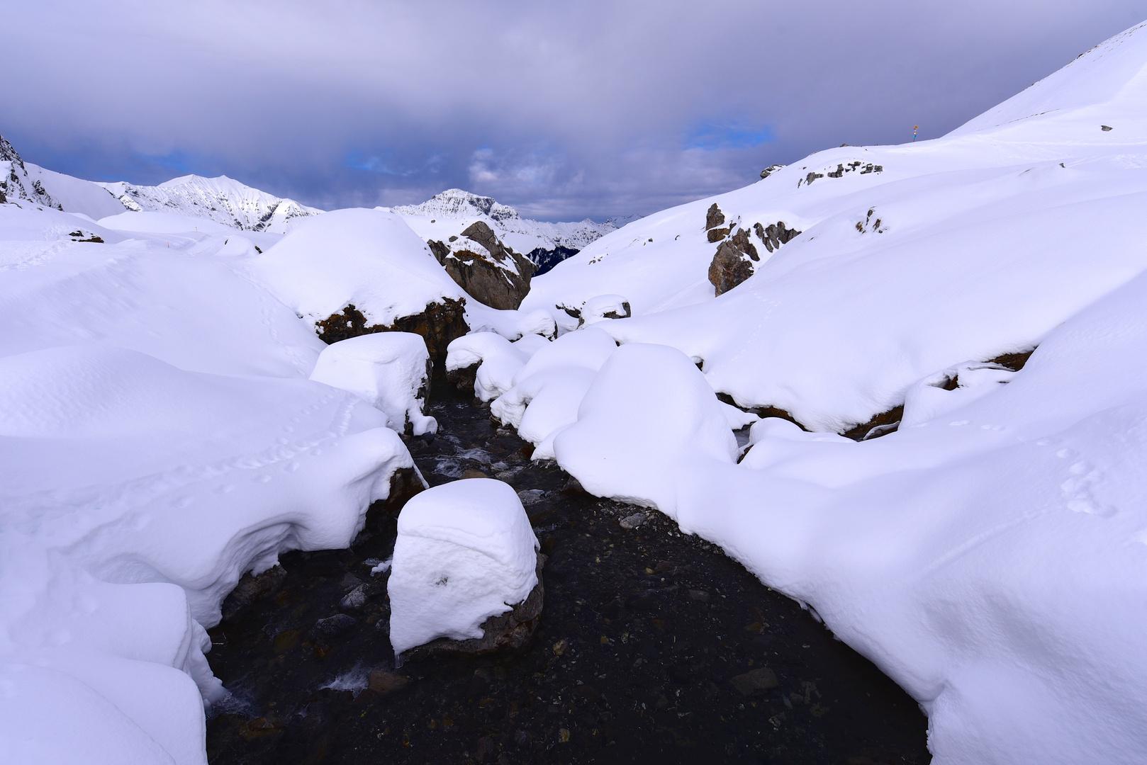 Wasserweg durch die Schneelandschaft