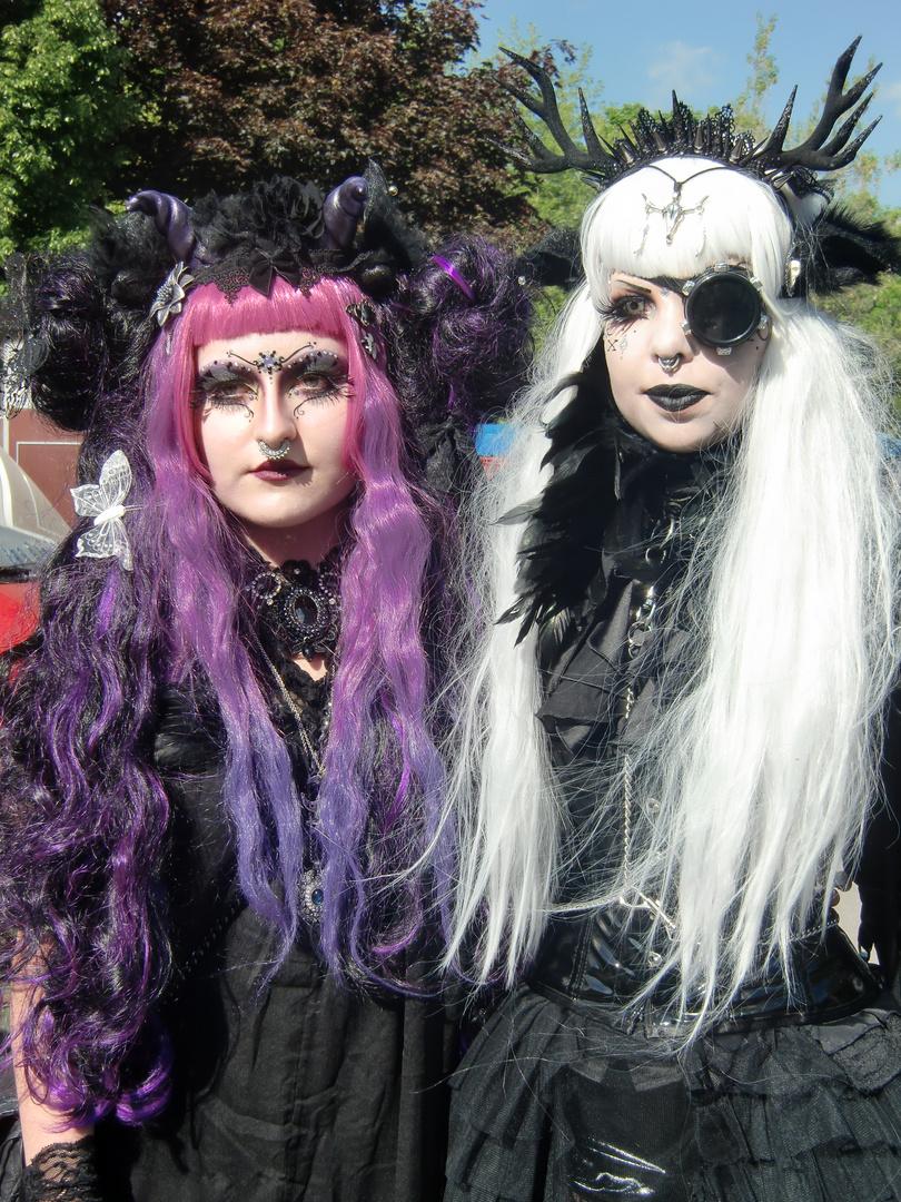 Wave Gothik Treffen  -    Lila und Schwarzweißchen