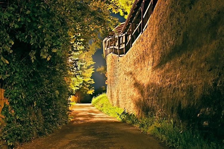 Weg an Stadtmauer in der Nacht