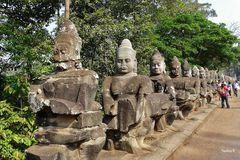 Weg zu einem Tempel in Angkor - auf beiden Seiten des Weges sind diese Figuren aufgestellt