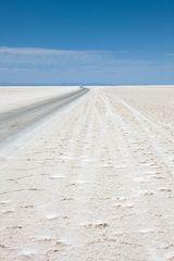 Wege auf dem Salzsee von Uyuni