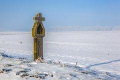 Wegekreuz im Winterfrost