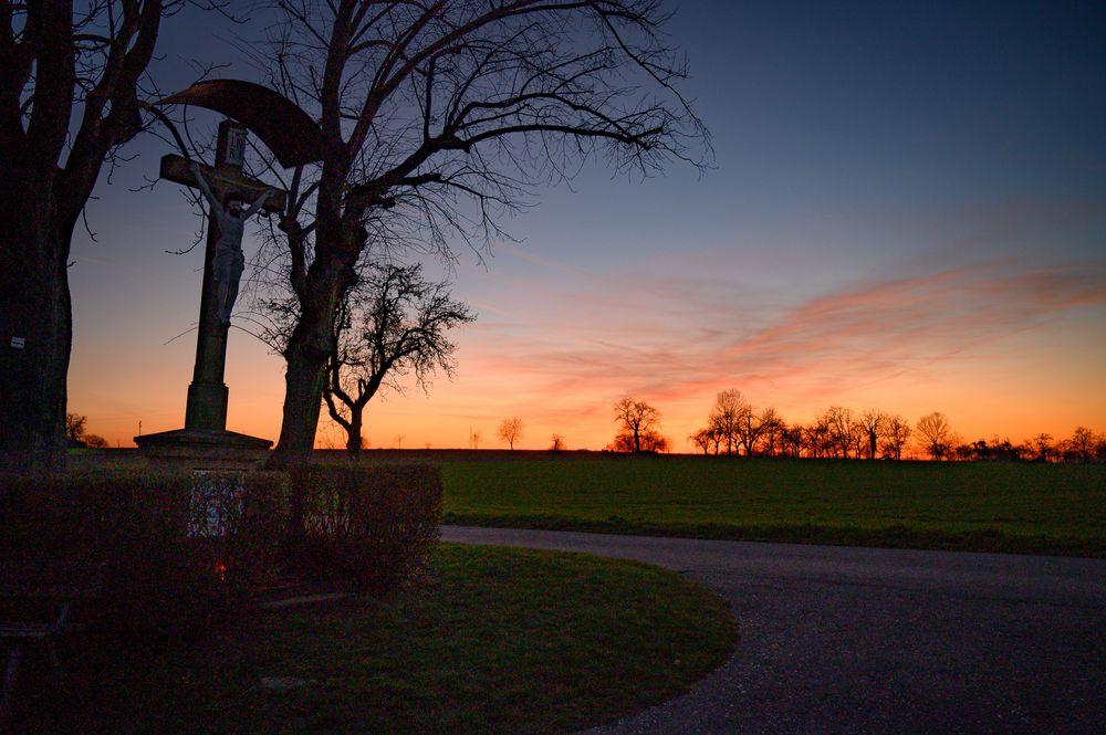 Wegkreuz nach Sonnenuntergang